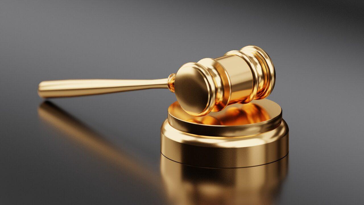 Право адвоката на критику участников процесса в суде и Интернете.