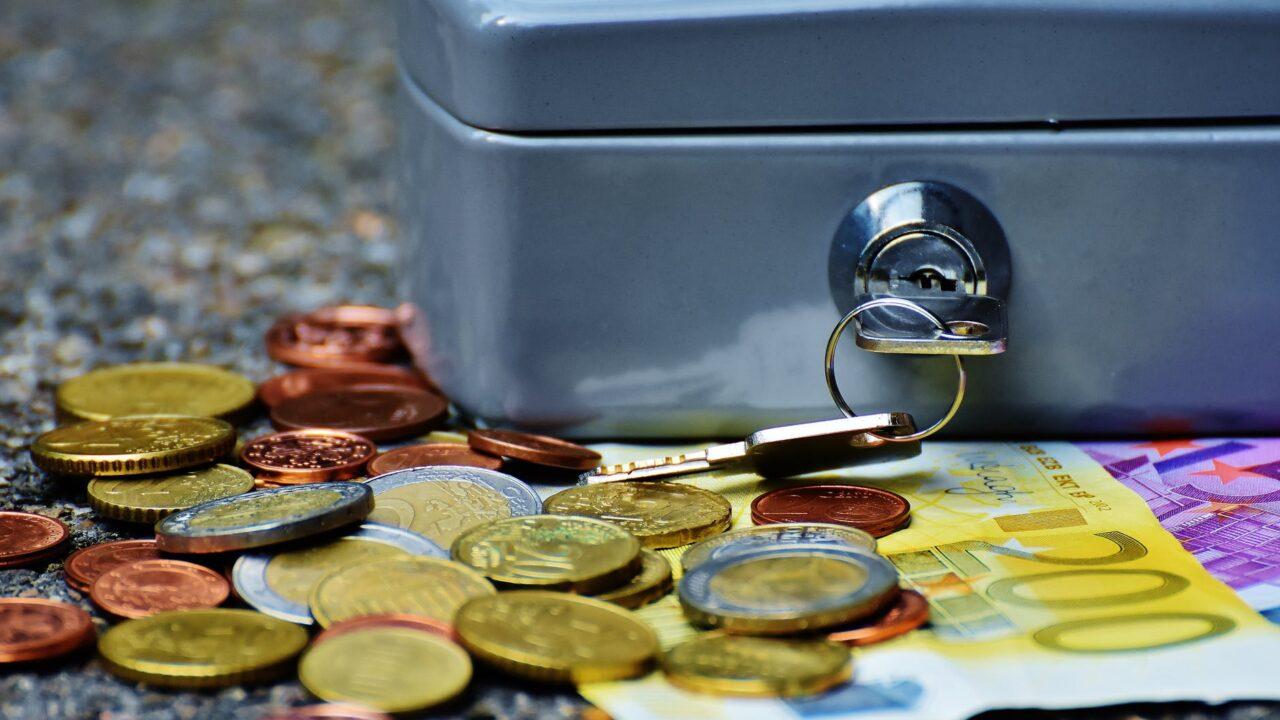 Наложение ареста на деньги и имущество при исполнении решения неимущественного характера.